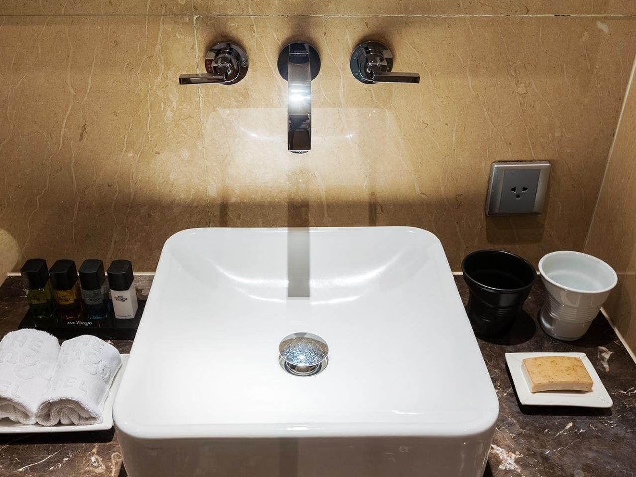 アメニティも充実。タオルも多く、トイレも温水洗浄便座となにかと揃っています。バスタブはジュニアキングルームから。
