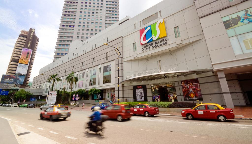 シンガポールに比べればまだまだ発展途上ですが、新しいホテルやショッピングセンターがどんどん立ち並び、交通機関も充実しています(Photo by www.skyscrapercity.com)