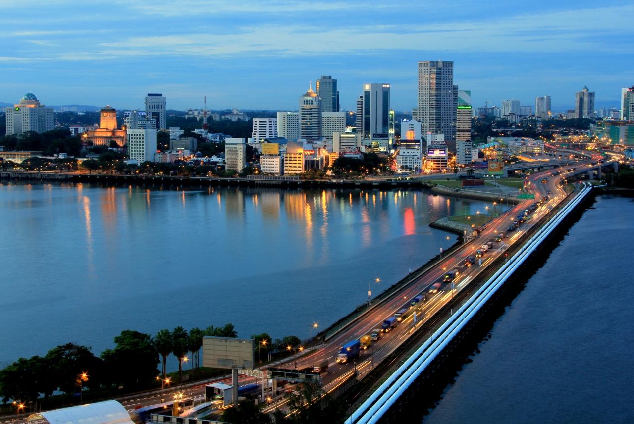 シンガポールから隣国・マレーシアのジョホールバルに伸びるスカイライン(Photo by IRDA)