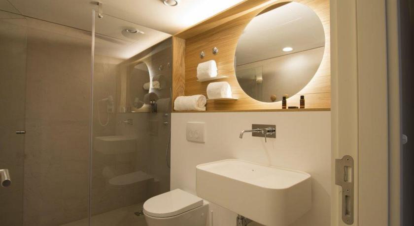 タオルの置き方がお洒落なバスルーム。