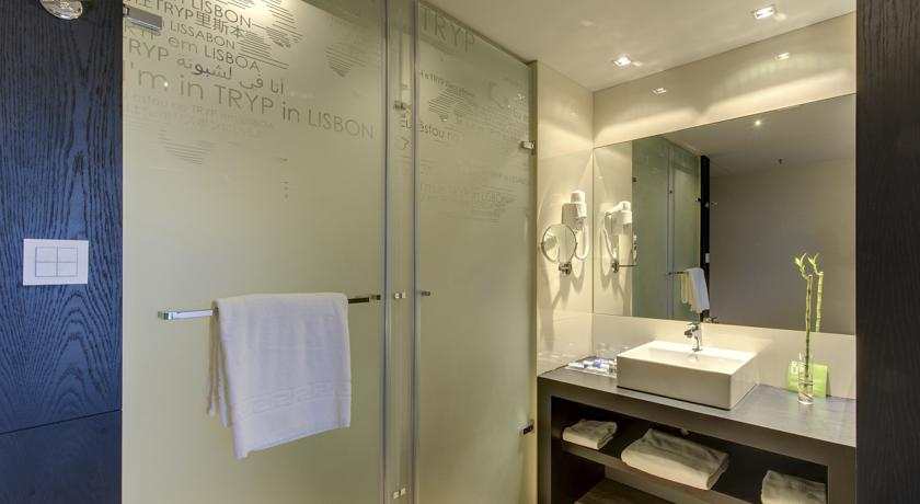 バスルームはシャワー室のみなのが残念。アメニティはそろっています。