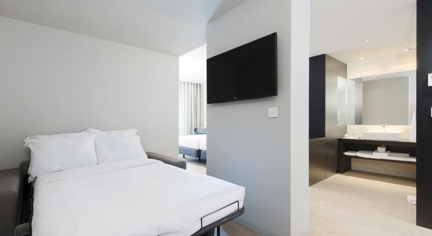部屋は白を基調としたモダンなつくり。シンプルで清潔です。