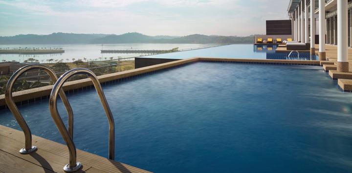最高の眺めを楽しめる屋上プール。対岸にはシンガポールを眺めることができます。