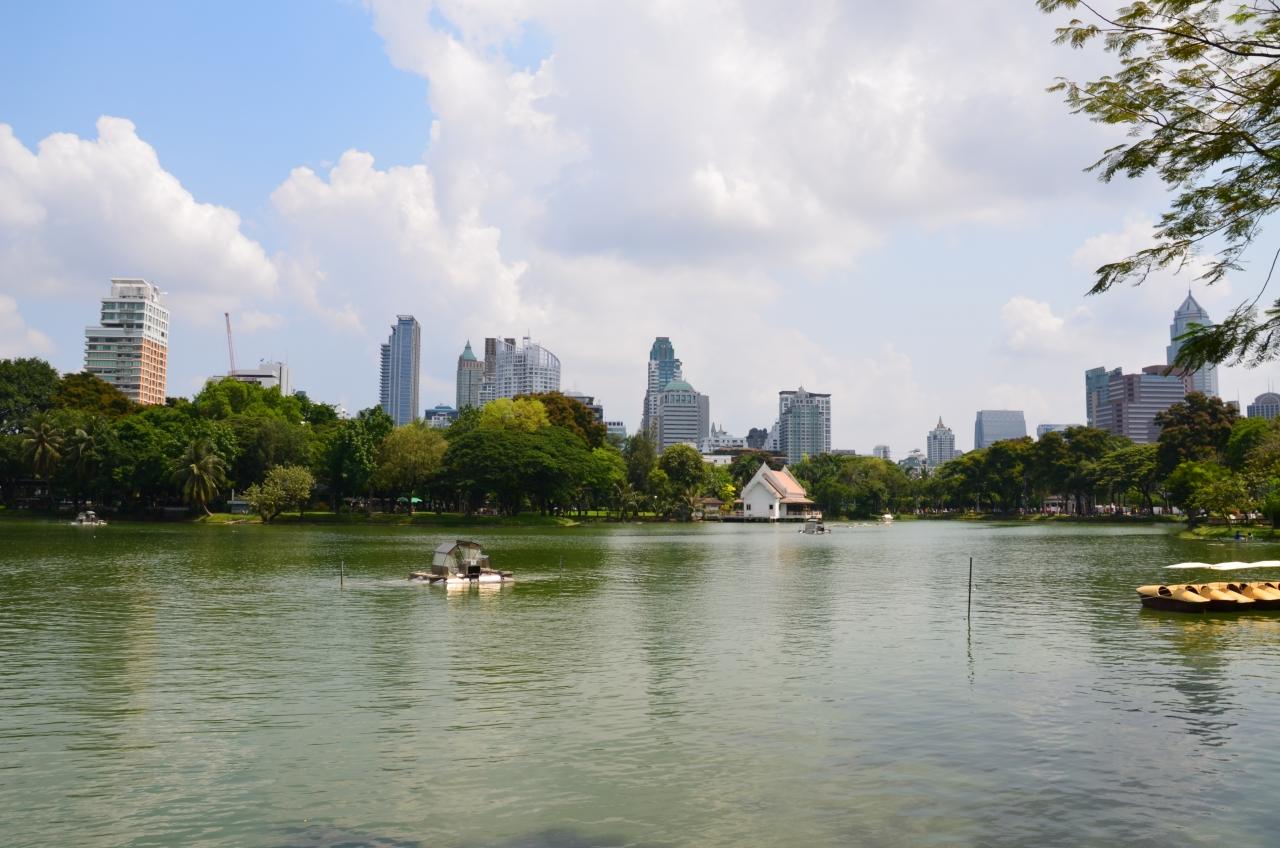 Lumpini_Park,_Bangkok,_Thailand_Ratchadamri-Ratchaphrasong_Commercial_District