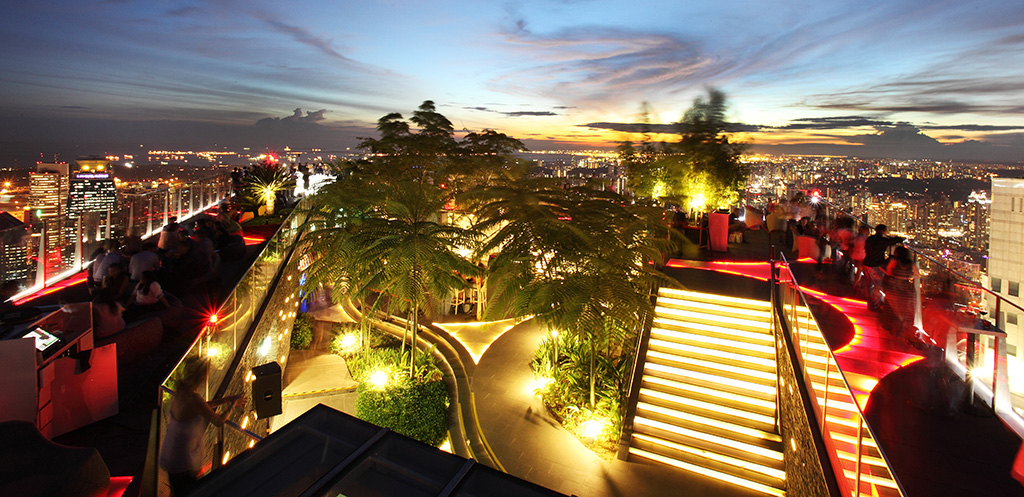 シンガポールの最高の夜が満喫できるオープンテラスバー「1-Altitude」